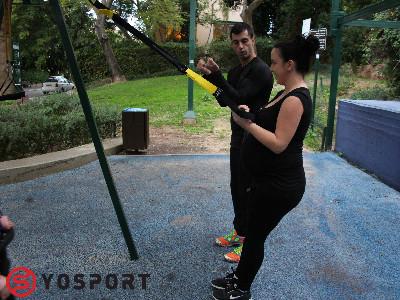 תרגול עם רצועות באימון כושר אישי בגבעתיים בגינה ליד הבית