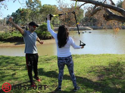 אימון עם רצועות בפארק ליד הבית