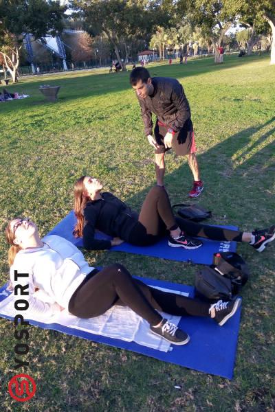זוג חברות באימון כושר בפארק