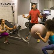 נשים אוחזות כדור מתוך פוסט איך לעודד מוטיבציה לאימון טוב יותר