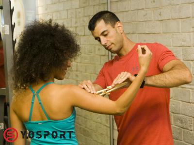 יוסי מאמן כושר אישי ברמת גן בודק אחוזי שומן עם קליפר