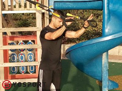 יוסי מאמן trx בפתח תקווה והסביבה מדגים תרגיל ליד אחורית עם הרצועות