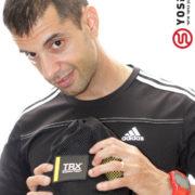 מדריך בחולצה שחורה עם רצועות אימון בידיו