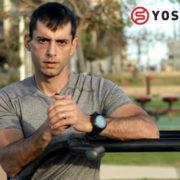 מאמן כושר בחולצה אפורה - כיצד לבצע את תרגיל המקבילים