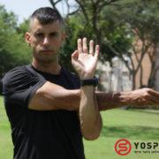 בחור בחולצה שחורה מותח את שרירי הכתף מתי מומלץ לבצע מתיחות - בהתחלה או בסוף אימון?