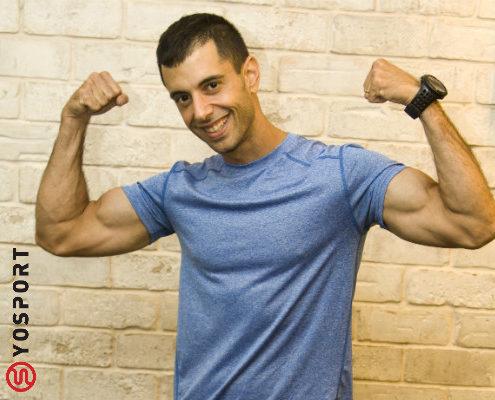 מאמן כושר מכווץ שריר מתוך מאמר לאתר ynet - כיצד לבנות זרועות שריריות