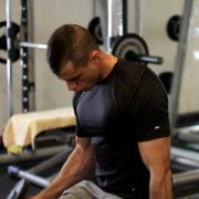 מאמן כושר בחולצה צמודה שחורה מתוך הפוסט איך למצוא מוטיבציה לצאת להתאמן