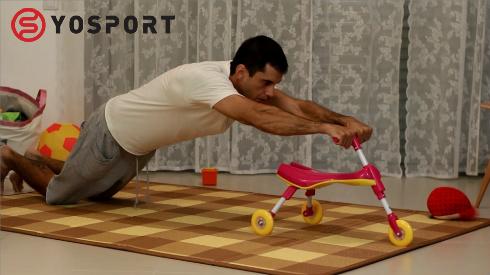 בחור על מזרן מבצע תרגיל עם אופניים מתוך מאמר לאתר ynet - אימון כושר בבית כשאין בייביסטר