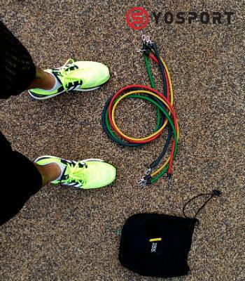גומיות אימון על הרצפה ולידן נעליים צהובות מתוך הפוסט מאמר לאתר ynet - הטיפים שיעזרו לחזור לשגרת האימונים