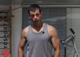 בחור בגופיה מתוך פוסט איך להגדיל את הידיים מהר - וידאו מתוך מאמר לאתר ynet