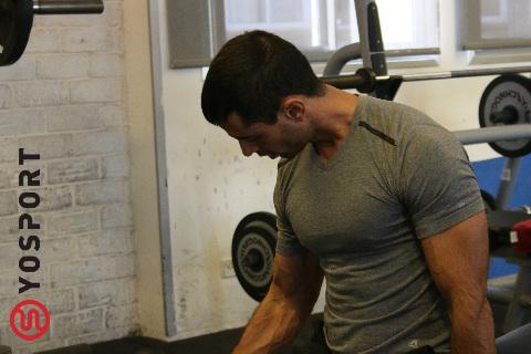 עבודה עם משקלים גדולים מעמיסה על הגוף