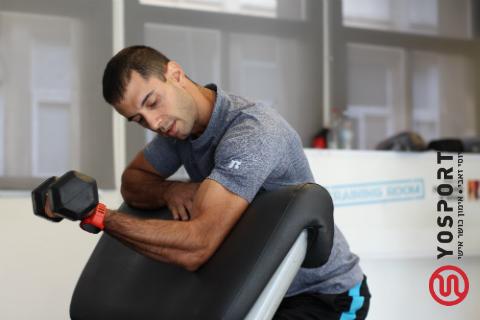 מגע קל בשריר כדי לשפר את ה-mind muscle connection