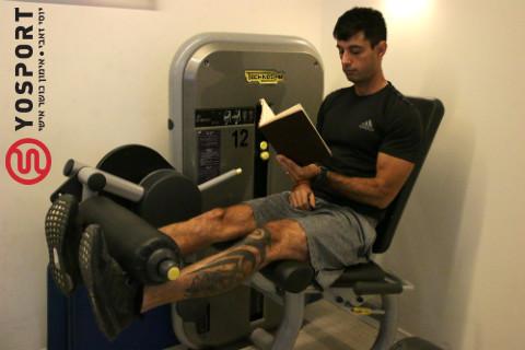 קורא ספר באימון