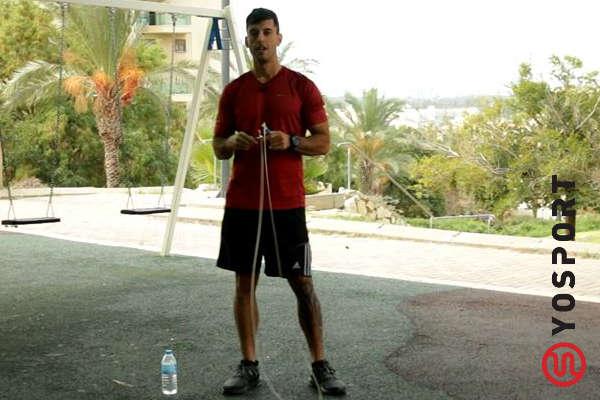 עומד ואוחז בחבל קפיצה מתוך הסרטון