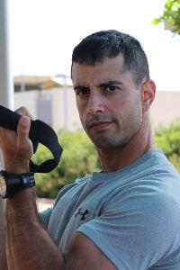 מאמן את הזרוע עם רצועות TRX