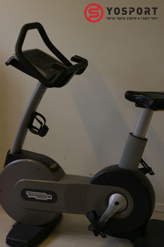 אופניים נייחים בחדר הכושר