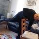 ביצוע תרגיל עם כסא ומשקולות