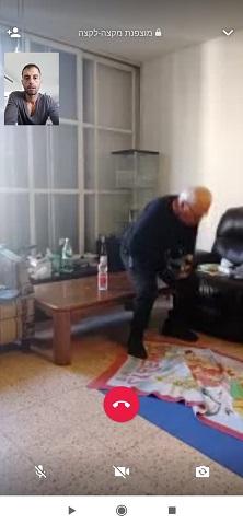 אדם משתופף אל עבר השולחן